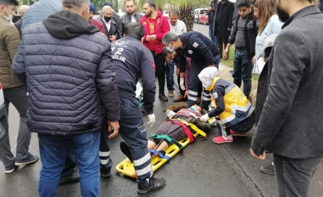 Şanlıurfa'da karşıya geçmek isteyen genç kıza araba çarptı