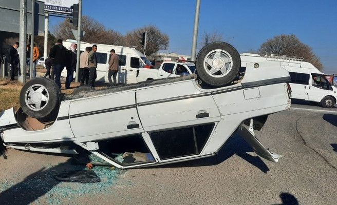 Akçakale yolunda araç takla attı: 1 yaralı