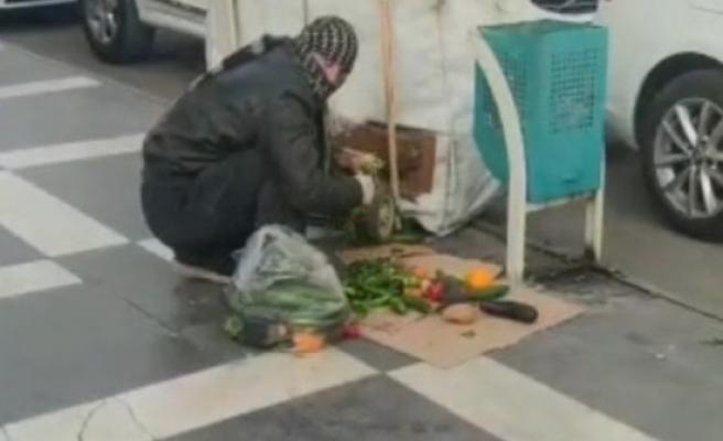 Urfa'da bir kişi çöpten çıkardığı yiyecekleri ayıklarken görüntülendi