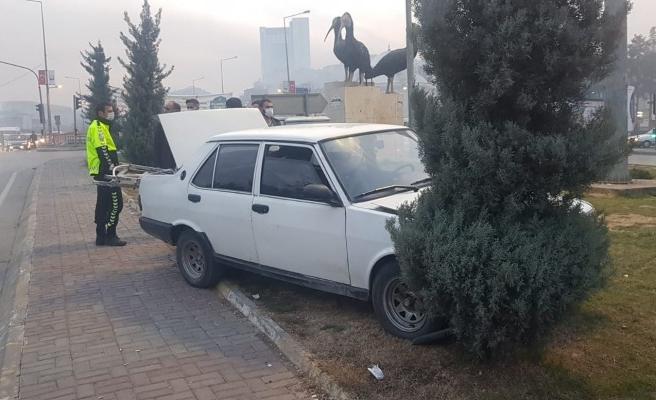 Freni tutmayan araç refüje çıktı