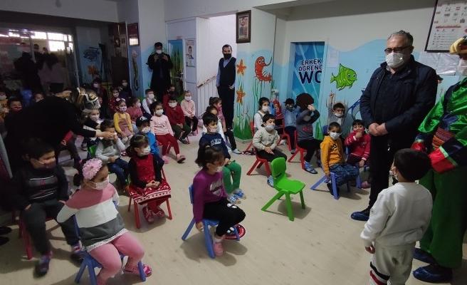 Urfalı çocuklar Hacivat-Karagöz oyunu ile eğlendi