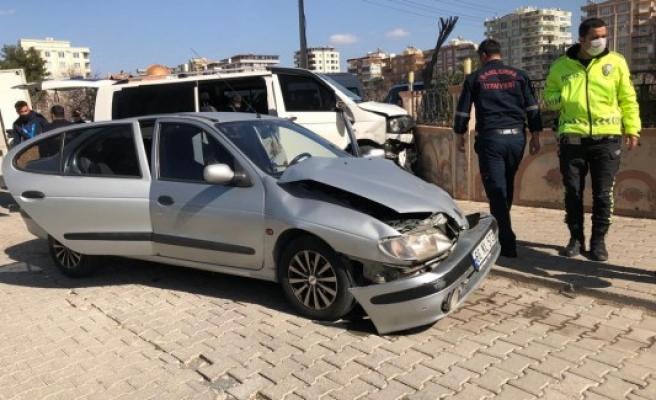Karaköprü'de minibüs ile otomobil çarpıştı