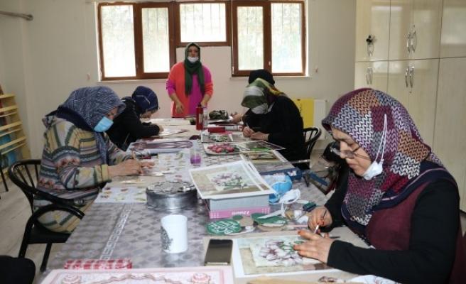 Karamek kurslarında kadınlar meslek öğreniyor