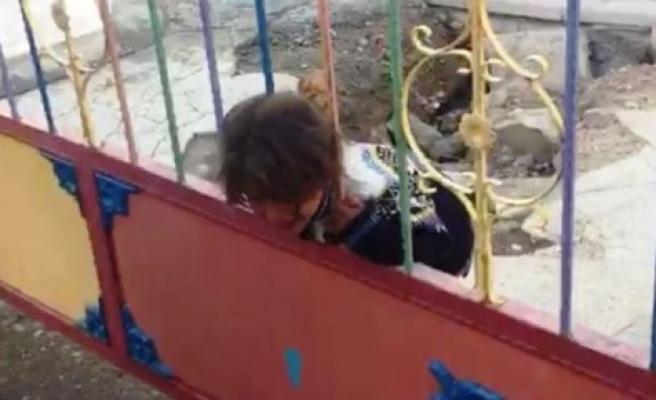 Kafası demir parmaklıklara sıkışan kızın imdadına itfaiye yetişti