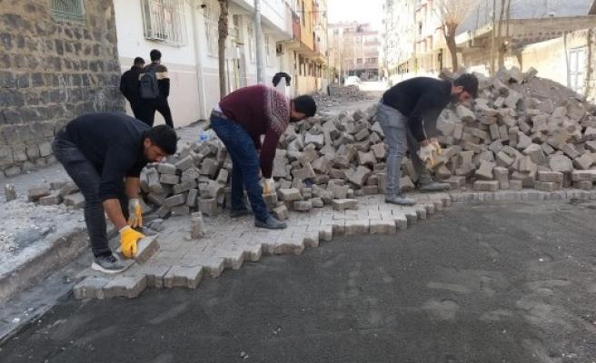 Siverek'te sokaklara kilitli parke taşı döşeniyor