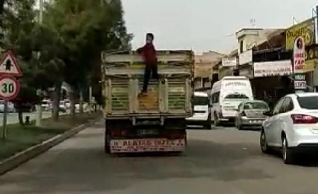 Eyyübiye'de kamyonet arkasında tehlikeli yolculuk