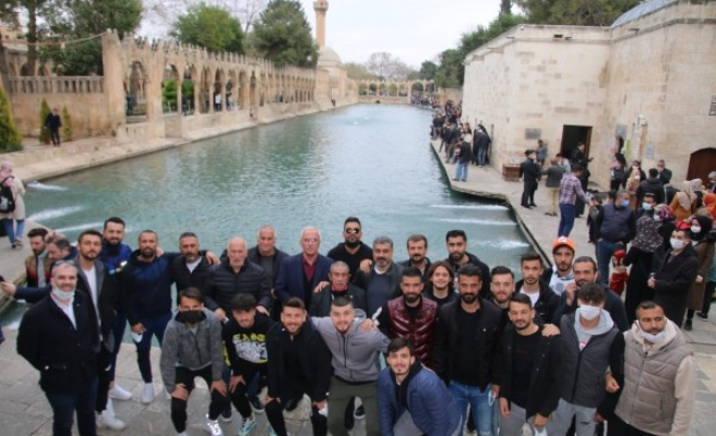 Şanlıurfasporlu futbolcular Balıklıgöl'ü ziyaret etti