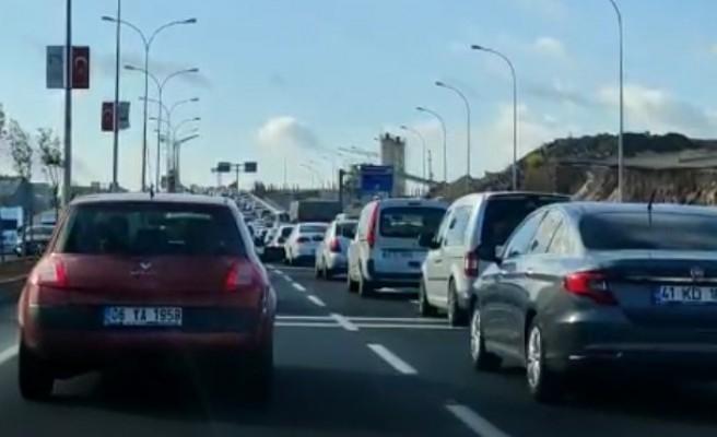 İki otomobil çarpıştı, trafik kilitlendi