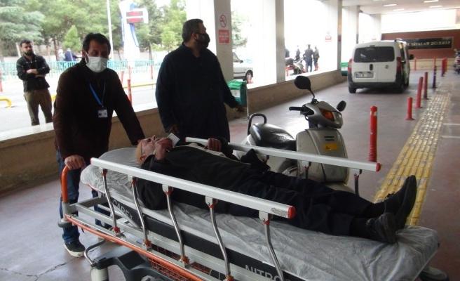 Yolda fenalaşan yaşlı adamı hastaneye yetiştirdi