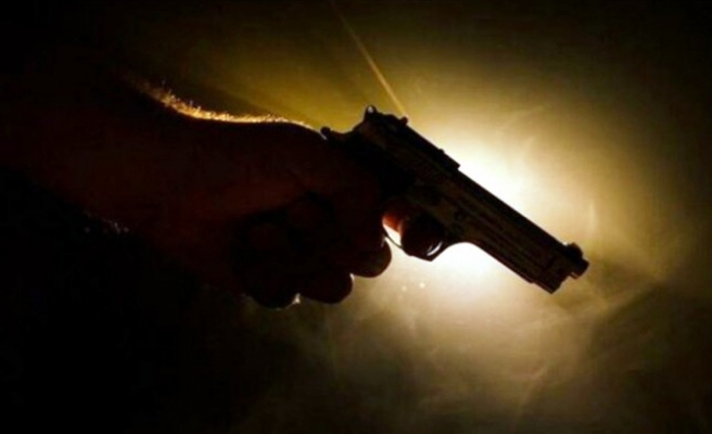 Silahını temizlerken kazara kendini vurdu!