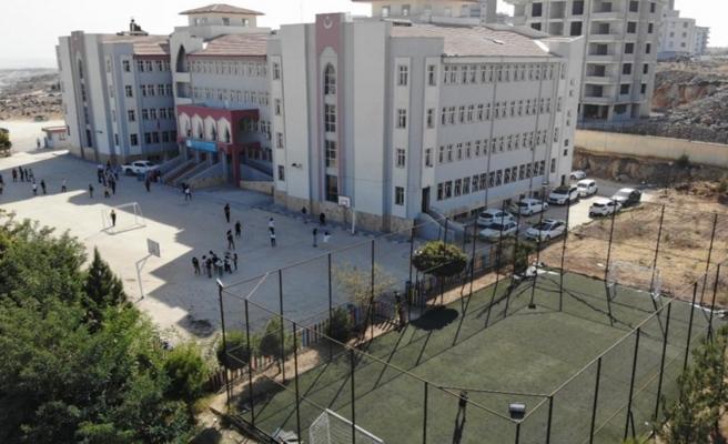 Şanlıurfa'da 12 okul halı sahaya kavuştu