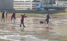 Çocukların buzla oyunu