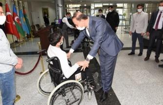 Vali Erin, engelli bir gencin daha yüzünü güldürdü
