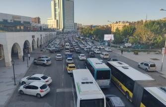 Urfa'da kısıtlama öncesi trafik kilitlendi