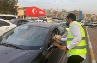 AK Partili gençlerden trafikte kalanlara iftar ikramı