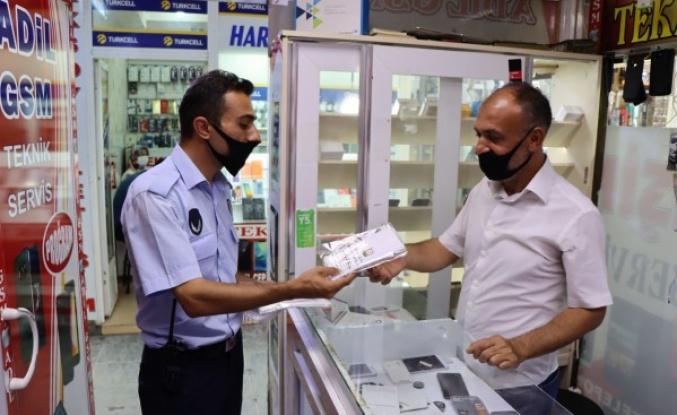 Büyükşehir ekipleri esnafa maske dağıttı
