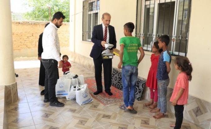 Akçakale'de çocuklara bayramlık hediye edildi