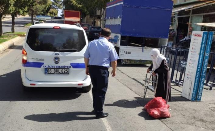 Haliliye zabıta ekipleri yaşlı kadına yardım etti