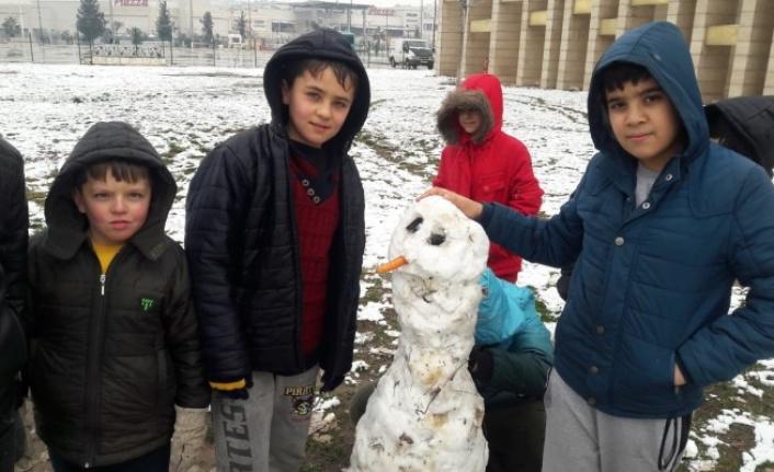Urfa'da çocukların kar sevinci