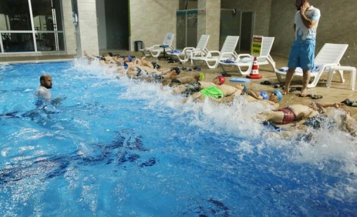 Haliliye'de çocuklar yüzme öğreniyor